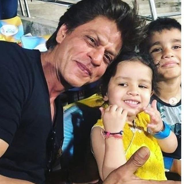 THROWBACK: THESE PICTURES OF ZIVA DHONI AND SHAH RUKH KHAN STRIKING A POSE TOGETHER ARE TOO CUTE TO HANDLE!