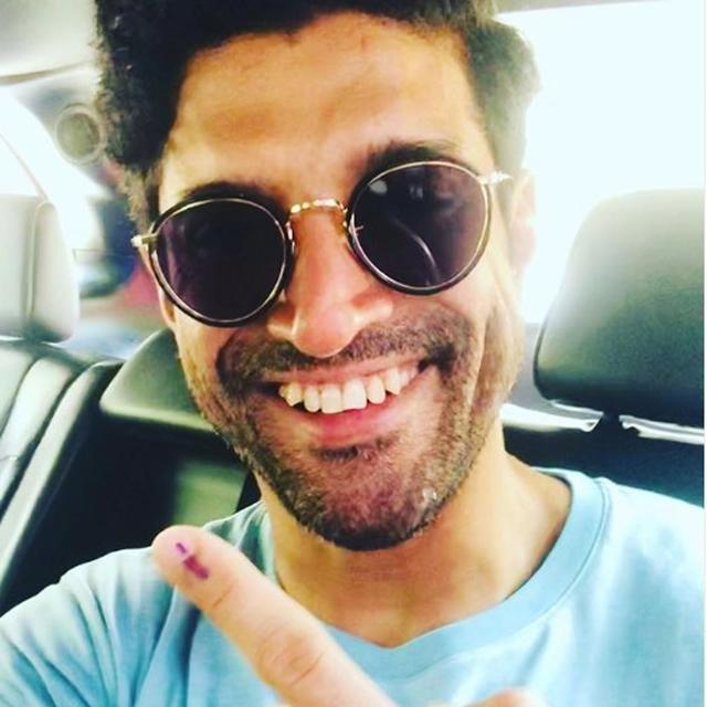 'DO THE RIGHT THING': FARHAN AKHTAR MOTIVATES VOTERS TO EXERCISE THEIR RIGHT, FLAUNTS HIS INKED FINGER AS THE COUNTRY GOES TO POLLS