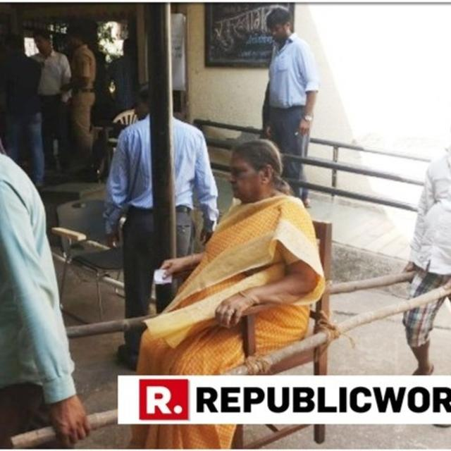 EC LENDS A HAND: WOMAN AVAILS 'DOLI SERVICES' TO ACCESS POLLING BOOTH IN MAHIM, MUMBAI