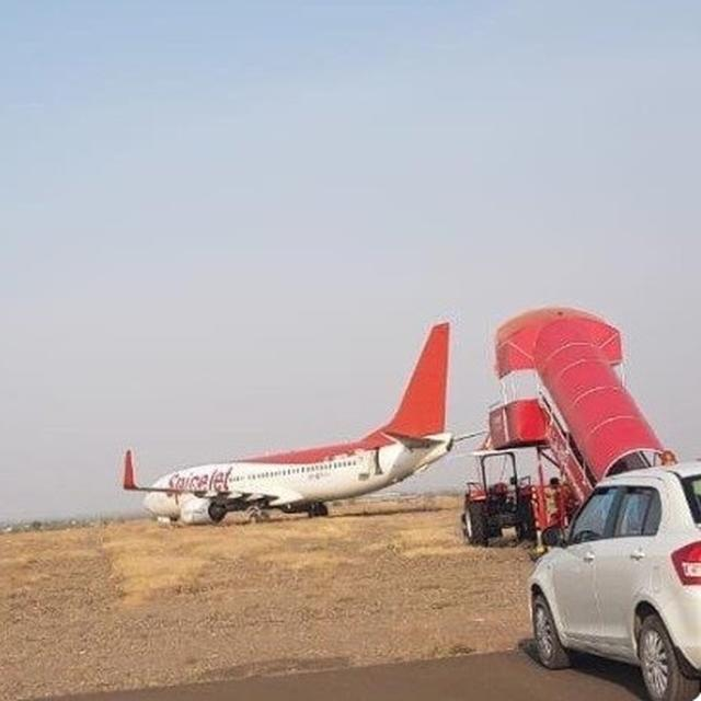 FIRST VISUALS OF THE SPICEJET BOEING 737-800 PLANE THAT OVERSHOT THE RUNWAY AT SHIRDI