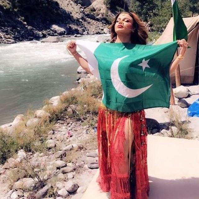 WATCH: RAKHI SAWANT POSES WITH PAKISTAN'SNATIONAL FLAG, EXPLAINS HER ACTION IN VIDEO
