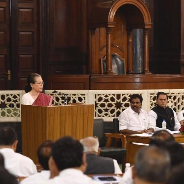 """AMID RESIGNATION ROW, SONIA GANDHI PRAISES CONGRESS PRESIDENT RAHUL GANDHI'S """"FEARLESS LEADERSHIP"""" AFTER BEING ELECTED AS CPP LEADER"""