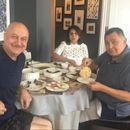 RISHI KAPOOR & NEETU KAPOOR SERVED COMFORT FOOD BY ANUPAM KHER IN NEW YORK, HERE'S WHO THEY'RE THANKING