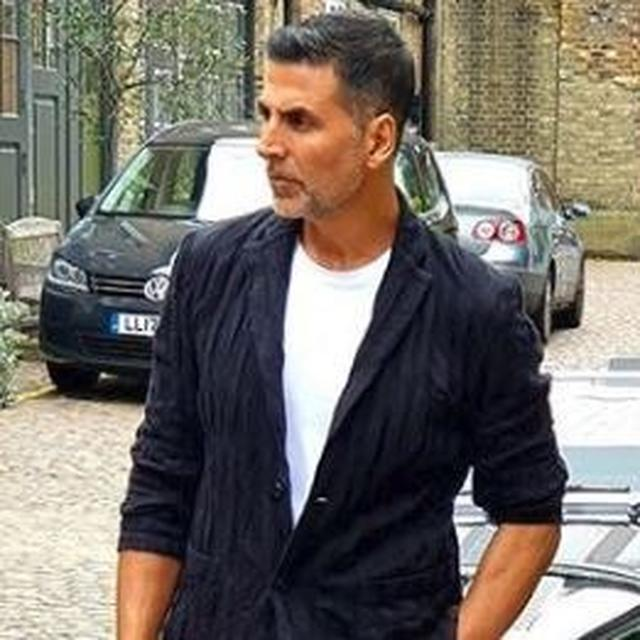 AKSHAY KUMAR'S 'MONDAYS BLUES' POST IS UNLIKE ANY OTHER, NETIZENS IGNORE THE CAPTION COMPLETELY