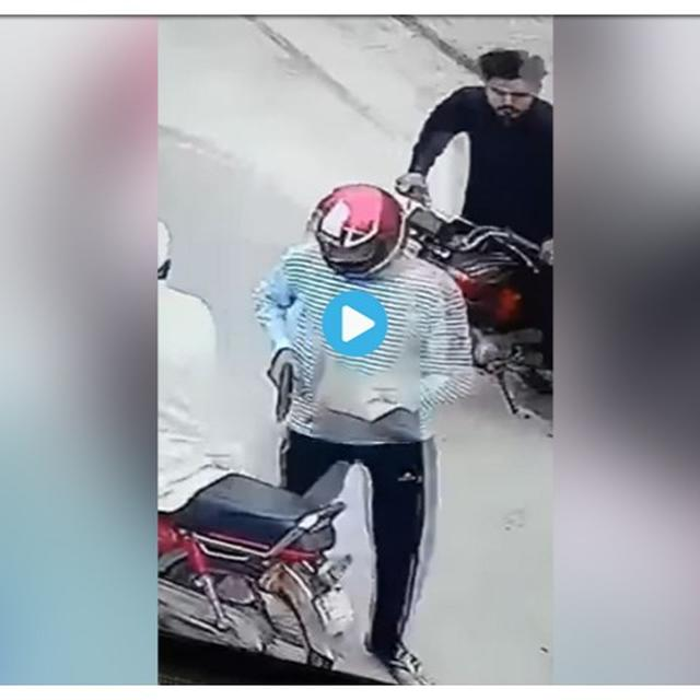 ON-CAMERA GUNPOINT ROBBERY IN PAKISTAN'S LAHORE CIRCULATED AS TAKING PLACE IN INDIA'S PUNJAB